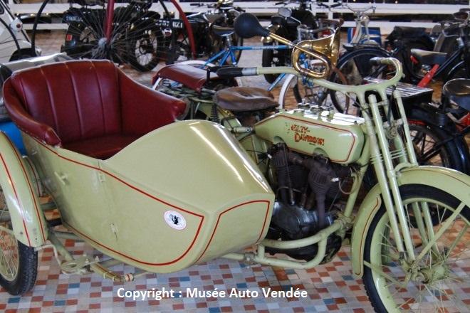 1917 - Harley Davidson à side